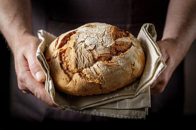 Jakmile bude kůrka pěkně propečená, chléb z trouby vyndejte a na mřížce nechte vychladnout.