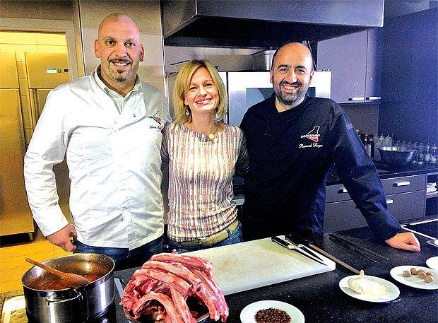V seriálu Koouzelné bylinky se mj. sešla s populárním italským kuchařem Riccardem Lucquem (vpravo)