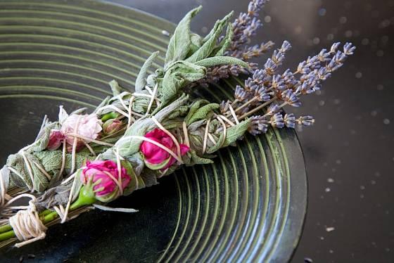 Do vazby s levandulí přidejte i šalvěj a růži