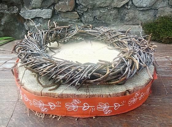 Na dřevěný plát položíme věneček a plát ozdobíme stužkou s vhodným motivem.