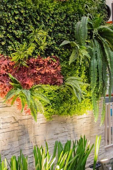 Osvětlení zelené stěny je funkční a může být i velmi estetické