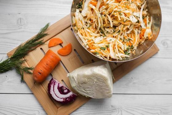 Zelí se v salátu skvěle doplňuje s mrkví a cibulí