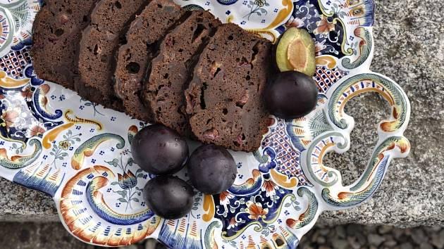 Vláčný švestkovo-čokoládový chlebíček s kardamomem
