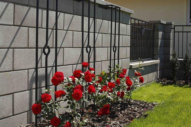 Hledáte opravdu majestátní plot? Vsaďte na kombinaci betonu a kovu.