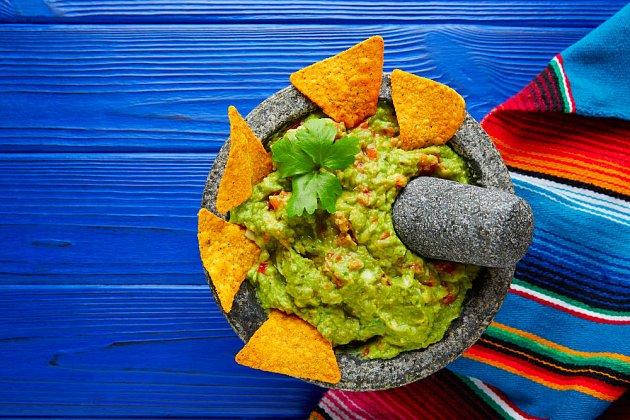 Guacamole, respektive avokádo, rychle oxiduje. Proto potřebujete folii. Když se pokrm neodleží, není tak dobrý...