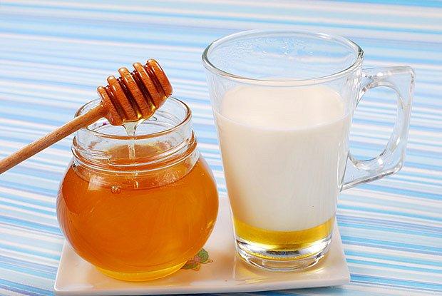 Vlažné mléko s medem je osvědčený uklidňující prostředek před spaním