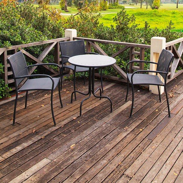 Moderní zahradní kovový nábytek s nadčasovým designem.