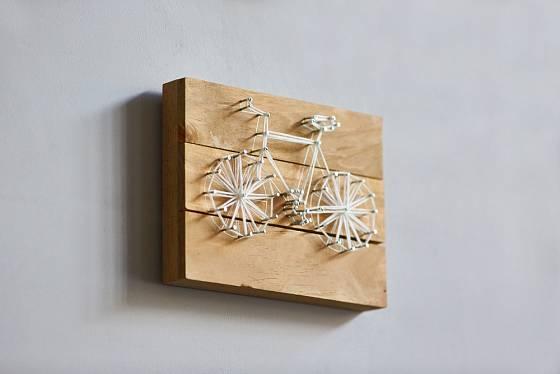 Pánský motiv kola je jen jedním z mnoha motivů, který je metodou string artu realizovatelný.