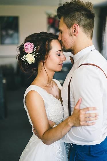 Polibky všeho druhu při svatebním focení nesmějí chybět.