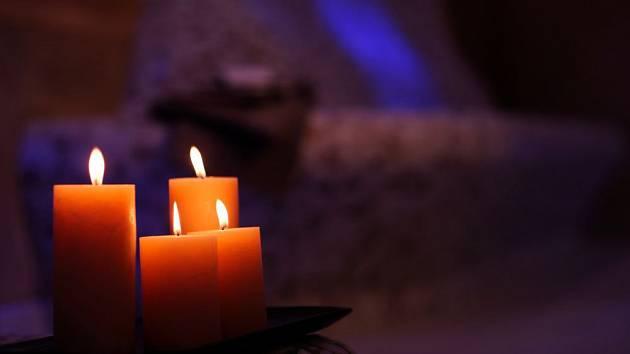Teplé světlo svíček narušuje usínání minimálně, je pro nás večer přirozené