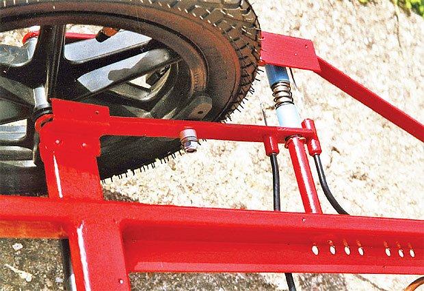 brzdy vyřešeny pomocí bowdenových lanek