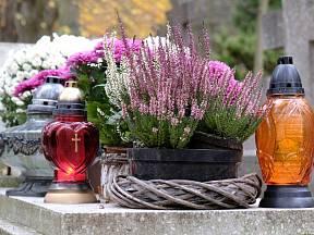Dekorace na hroby, které přežijí Dušičky a zůstanou krásné i dlouho poté