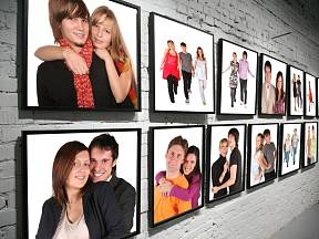 Fotky vystavené na stěně mohou být nepřehlédnutelným interiérovým doplňkem.