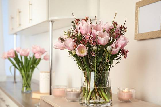 Pastelově růžové tulipány na bílé kuchyňské lince vypadají nádherně.