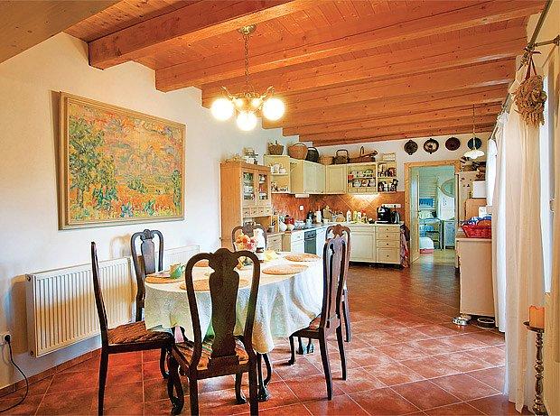 Prostorná jídelna s kuchyní je dnes tam, kde bývaly chlévy