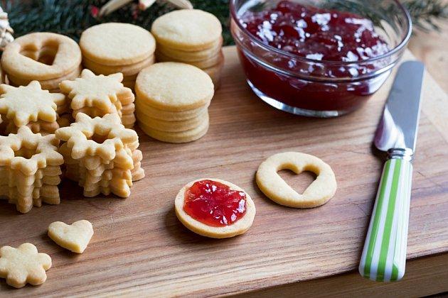 Marmeládou mažeme linecké cukroví až později.