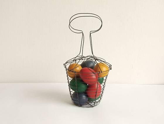 Drátěný košík na vajíčka, tradiční i vtipný