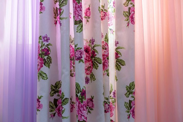 Květinové záclony a závěsy jsou na jaro tím pravým textilním doplňkem.