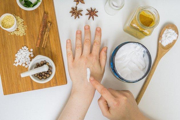 Domácí kosmetika je prosta všech chemikálií a přísad, které ji mají učinit na pohled žádoucí a trvanlivou.