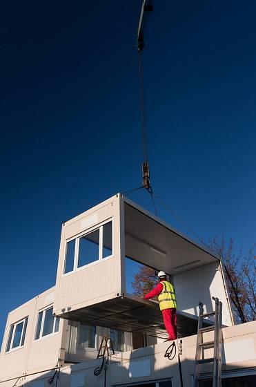 Na stavební pozemek musí mít jeřáb zajištěný přístup.