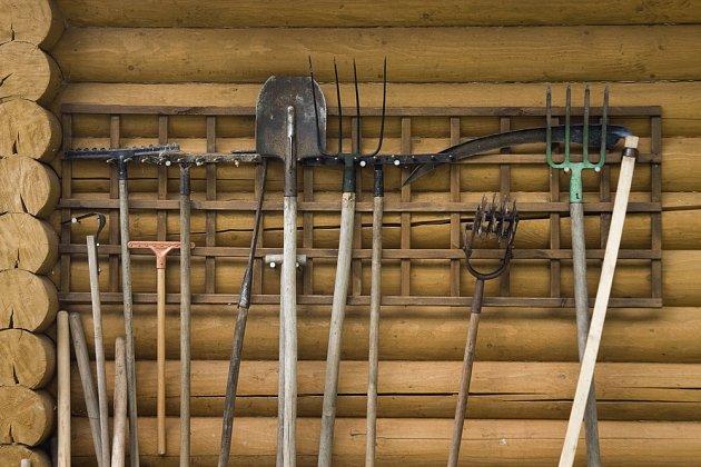 Tento systém umožňuje snadné a přehledné skladování zahradního nářadí.