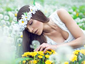 Také lidé s alergií si pampelišky v trávníku nepochvalují