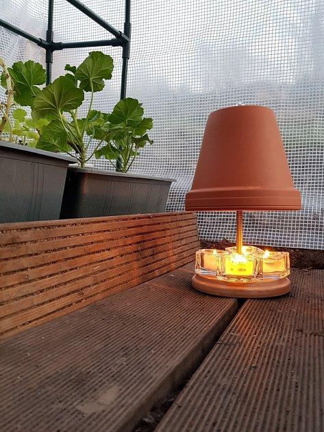 Už po generace zahradníci využívají k nočnímu přitopení ve skleníku obyčejné svíčky