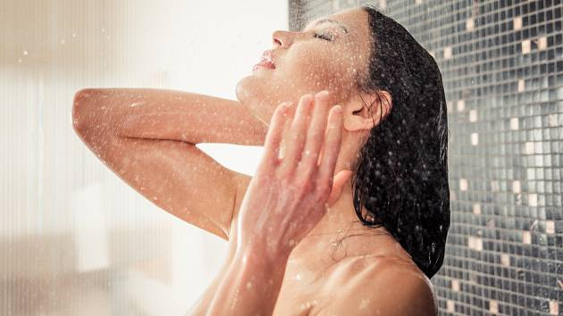 Podle dermatologů dělá miliony lidí ve sprše chyby, které mohou vážně poškodit pokožku