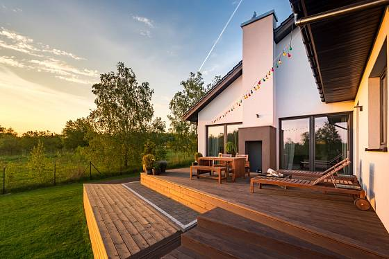 Na otevřené terase s báječným výhledem do okolí se skvěle relaxuje.
