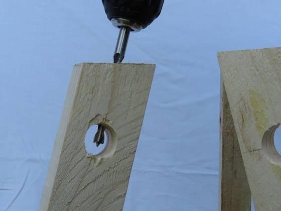 Výroba dřevěné trojnožky: Stejným sklonem vrtáme nohy