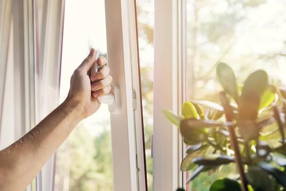 Místo ventilace raději okna otevřete dokořán