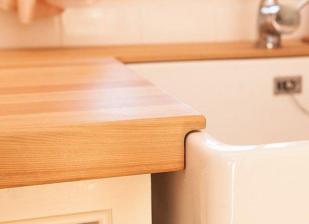 detail kuchyňské pracovní desky navazující na dřez