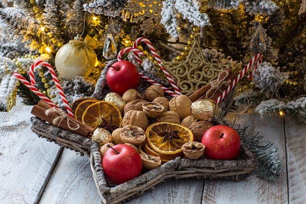 Proutěná hvězda vyplněná jablky, ořechy a sušenými pomeranči se skořicí je nejen pěkná, ale i voňavá dekorace.