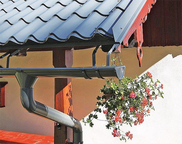 Na horách se žlaby umísťují hluboko pod hranu střechy, kde tak zůstanou chráněny před sesuvem.