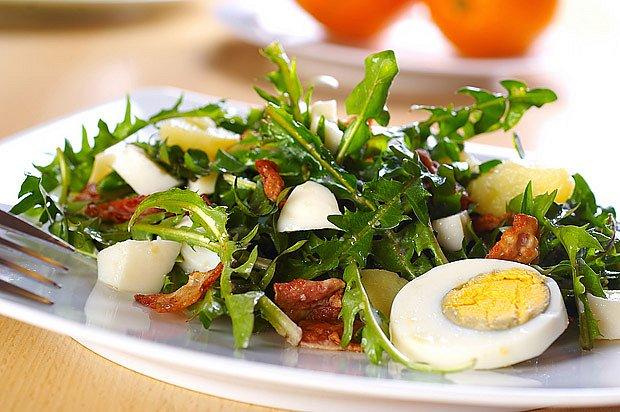 pampeliškový salát s vejcem