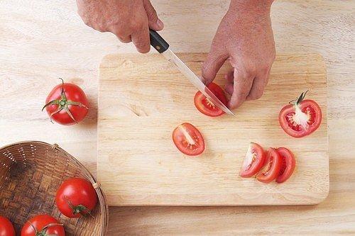 Pečlivě umytá rajčata, jablka a cibuli nakrájejte.