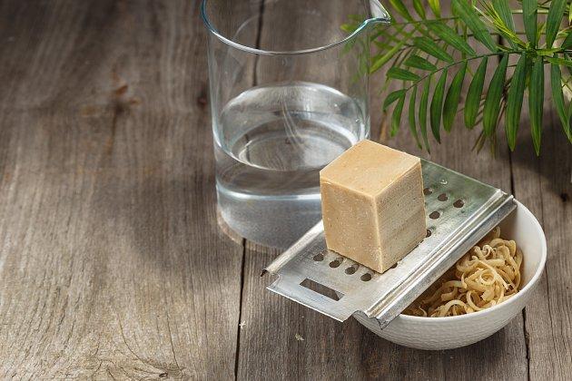 Nastrouhané mýdlo rozpusťte v horké vodě.