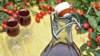 Ze sušených šípků je víno tmavší