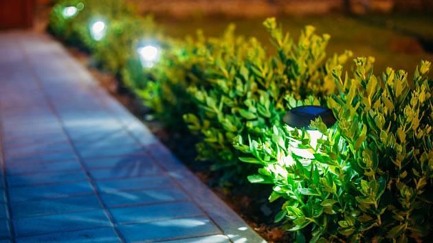 Malé solární zahradní svítidlo.