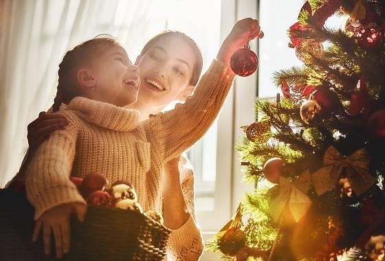 Zdobení stromečku si užijete nejlépe s dětmi