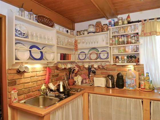 Návštěva na chalupě v Orlických horách: V jednoduché kuchyni je vše otevřené