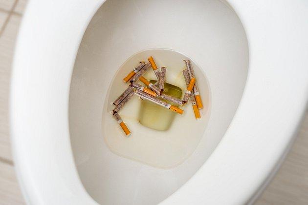 Cigarety do záchodu nepatří.