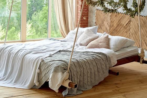 Závěsné lůžko v ložnici upevníte několika lany je stropu.