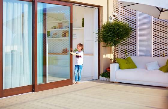 Při výběru posuvných dveří zvažte i snadnost a bezpečnost manipulace s nimi.