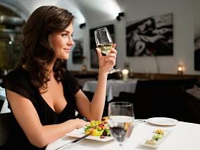 Je konzumace nápojů během jídla vhodná?