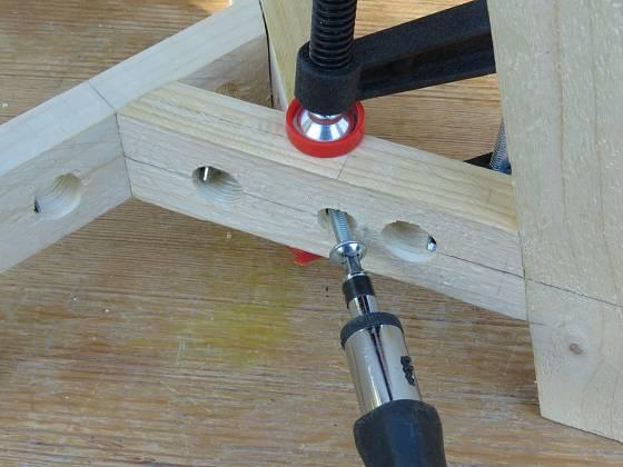 Výroba dřevěné trojnožky: Obě vzpěry sešroubujeme
