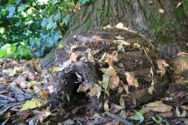 Speciální úkryt pro ježka - v létě chrání samici s mláďaty, v zimě ho překryjeme listím a poslouží k zimnímu spánku