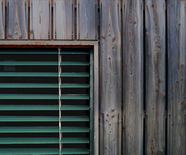 Použité dřevo je masivní modřín bez povrchové úpravy.