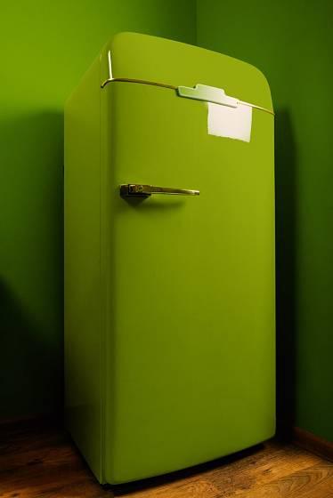 Moderní jsou barevné chladničky v retrostylu.