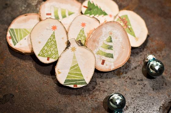 Vánoční ozdoby jsou vděčným materiálem pro výzdobu formou decoupage.